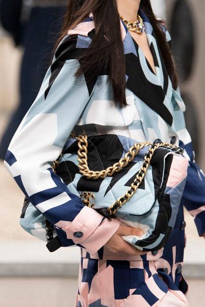 Dalla sfilata primavera estate 2020 di Chanel.