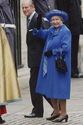 Regina Elisabetta vestita di blue  tendenza 2020