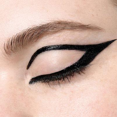 eyeliner  tatto Maybelline, nella colorazione Ink black noir 710 sulla palpebra dell'occhio