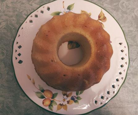 Ciambellone ricotta e limone levato dal forno e fatto riposare sul piatto da portata