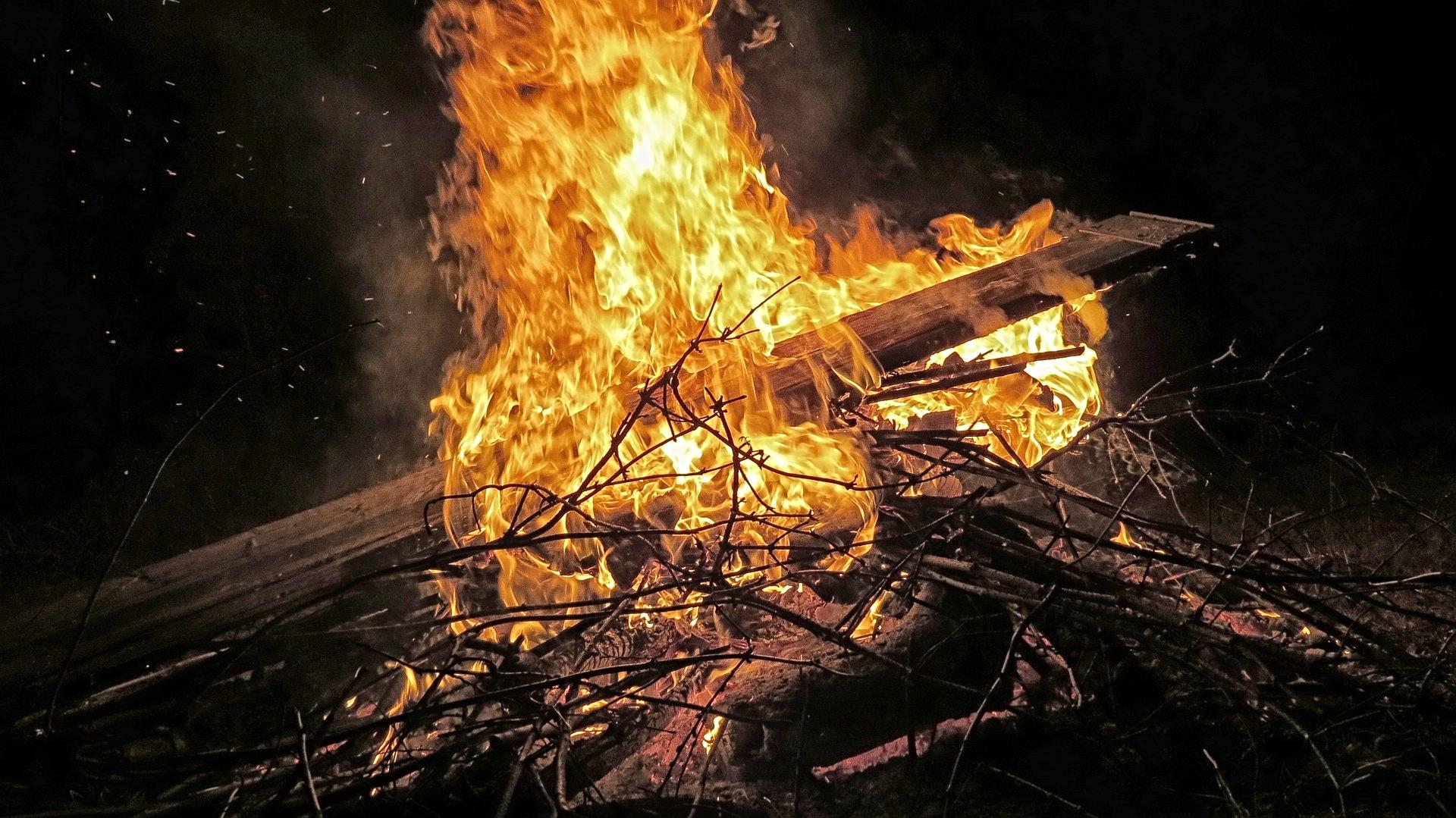 Il fuoco -laluce trionfa sulle tenebre.