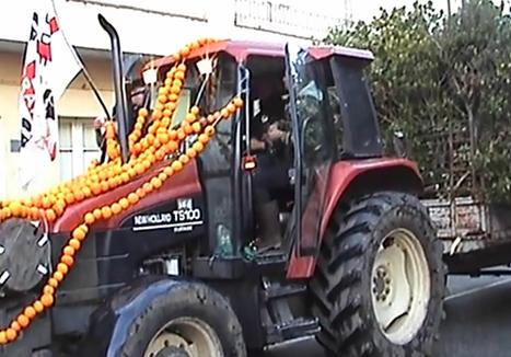 Trattore decorato con collane giganti di arance e tantissime frasche nel carrello