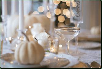 tavolo con zucca bianca bicchieri eleganti