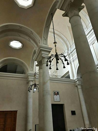 Navate laterali con annessi lampadari in ferro lavorato sul soffitto