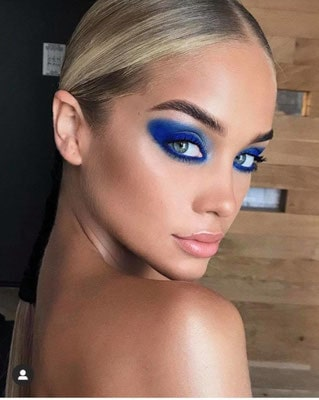 Jasmine Sanders con questo make up a tinte blu ( classic blu 2020)