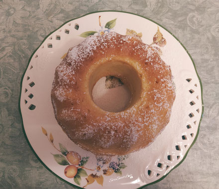 Ciambellone soffice ricotta e limone adagiato su un piatto realizzato da Seresweetlove
