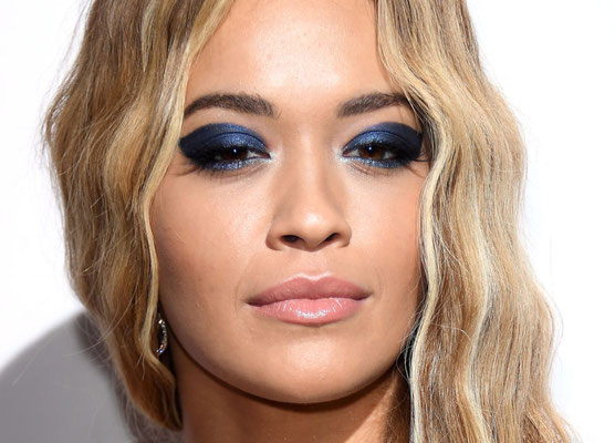 Rita Ora con questo make-up a tinte blu ( Classic Blue 2020)
