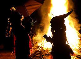 bambini vestiti da strega per pasqua in filandia durante un falò