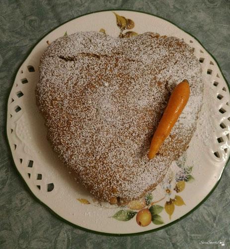 Torta alle carote e mandorle con zucchero a velo sopra per decoro
