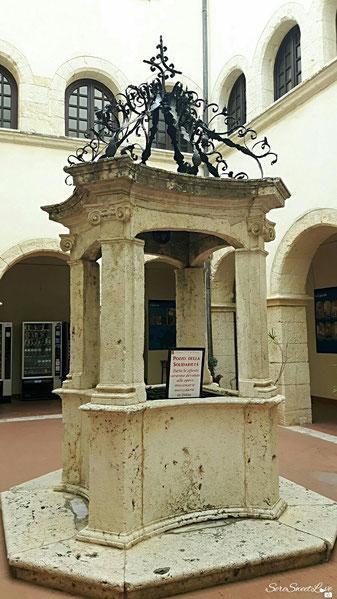 Antico pozzo in mezzo alla piazzetta del convento