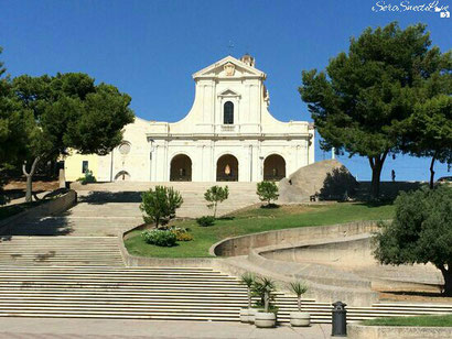 Basilica di Bonaria e di fronte la scalinata che scende verso il mare