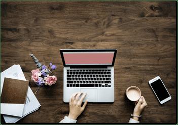 scrivania con pc mani e smartphone