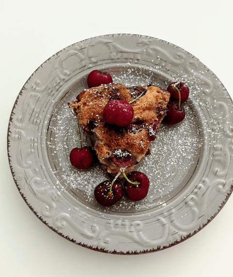 Porzione torta ricotta e ciliegie su un piatto