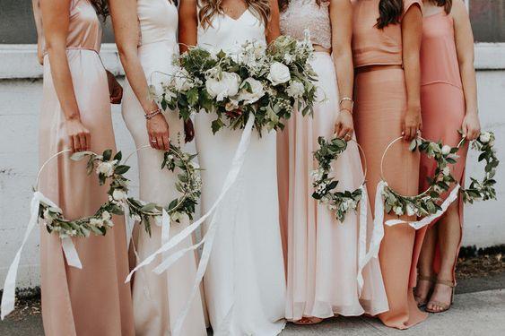 sposa con damigelle con bouquet di fiori hoop bouquet rose