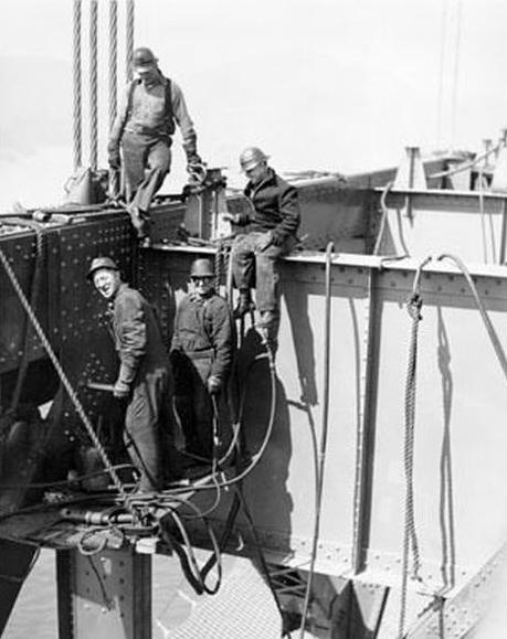 Operai che lavorano alla realizzazione del ponte ( 1933/37)