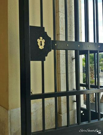 Cancello in ferro nero e dettagli color oro, prima del portone d'ingresso della Basilica