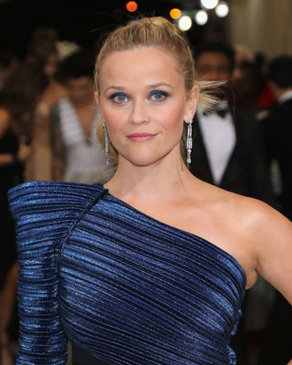 Reese Witherspoon con questo make a tinte blu ( classic blue 2020)