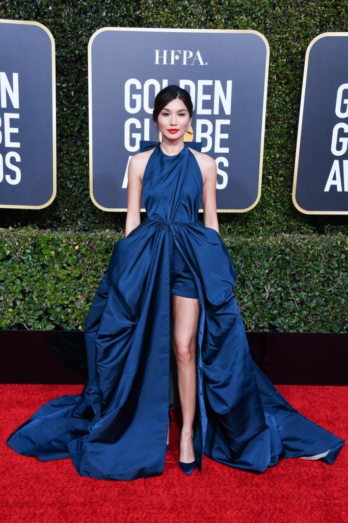 Gemma Chan al 76mo Golden Globes Awards in Valentino Couture in posa per foto.