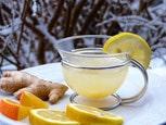 bicchiere con acqua limone e zenzero