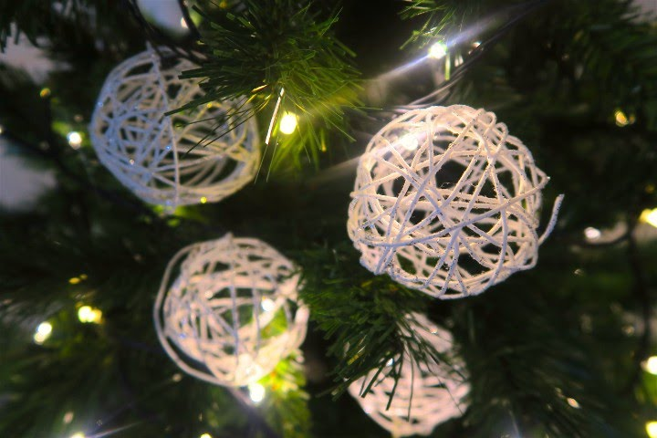 Palline di vetro decorata handmade esterno con spago bianco luminoso