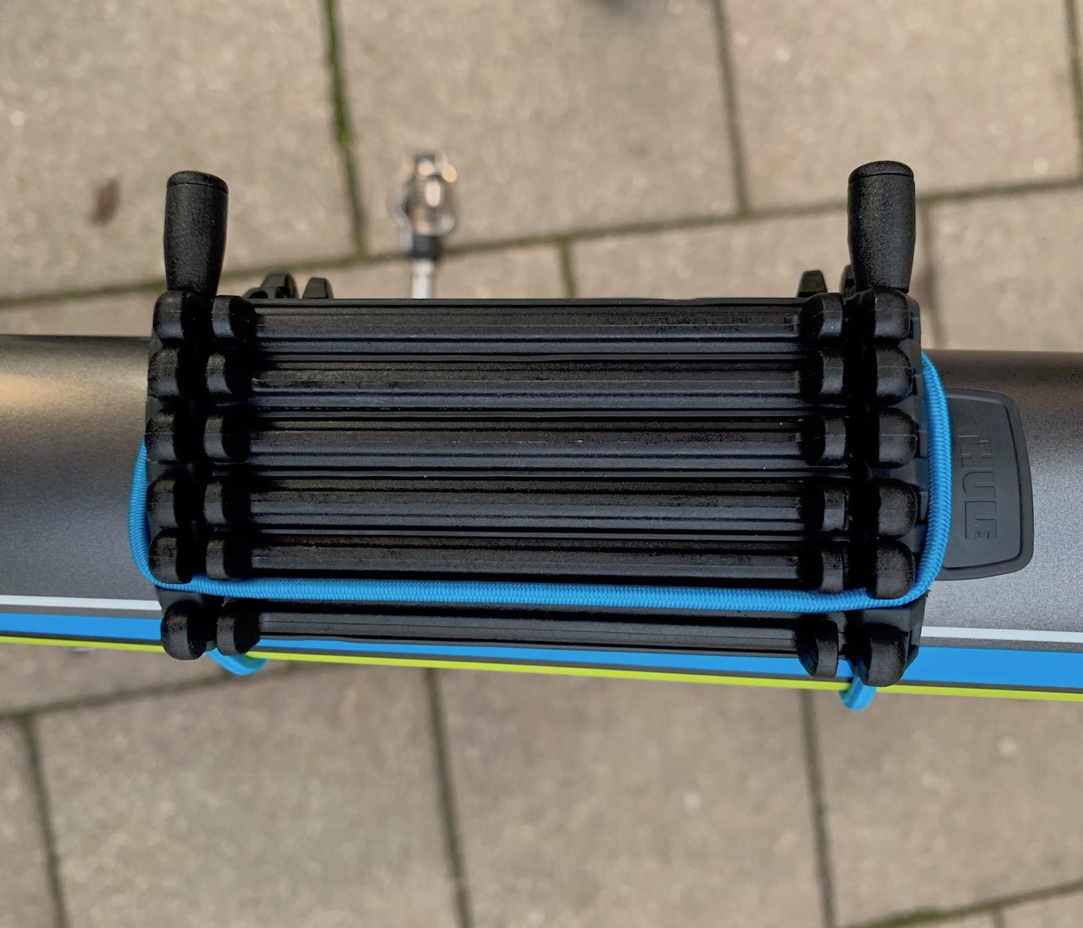 Thule Carbon Frame Protector an einem ovalen Oberrohr montiert