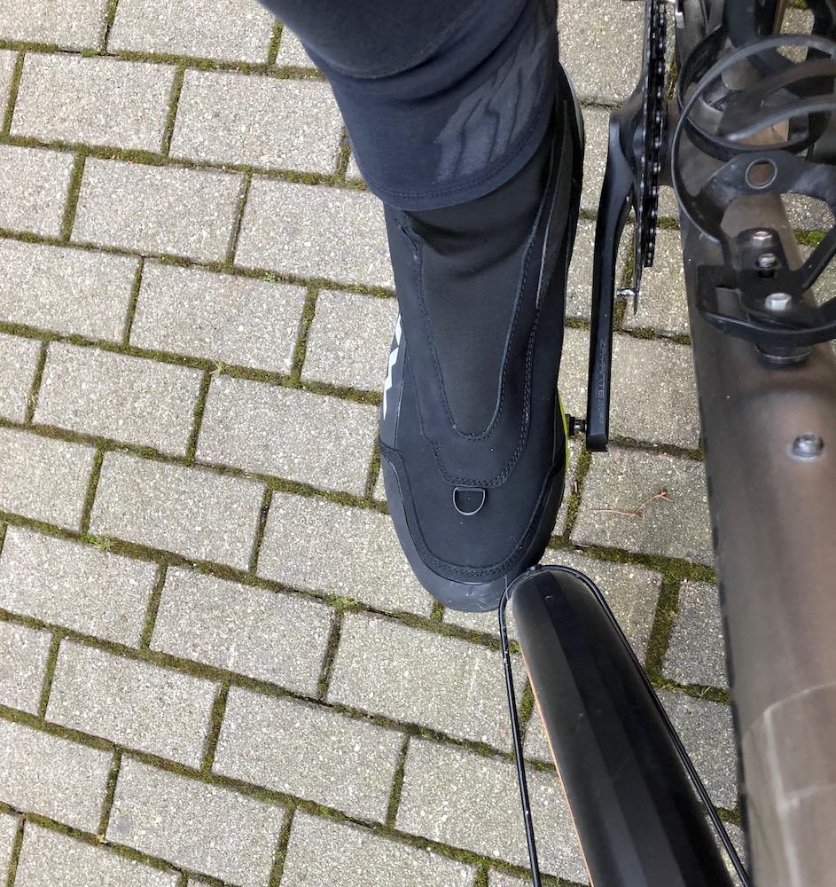Problem bei Fahrrädern mit kurzem Radstand: man stößt bei engen Kurven an den Vorderreifen