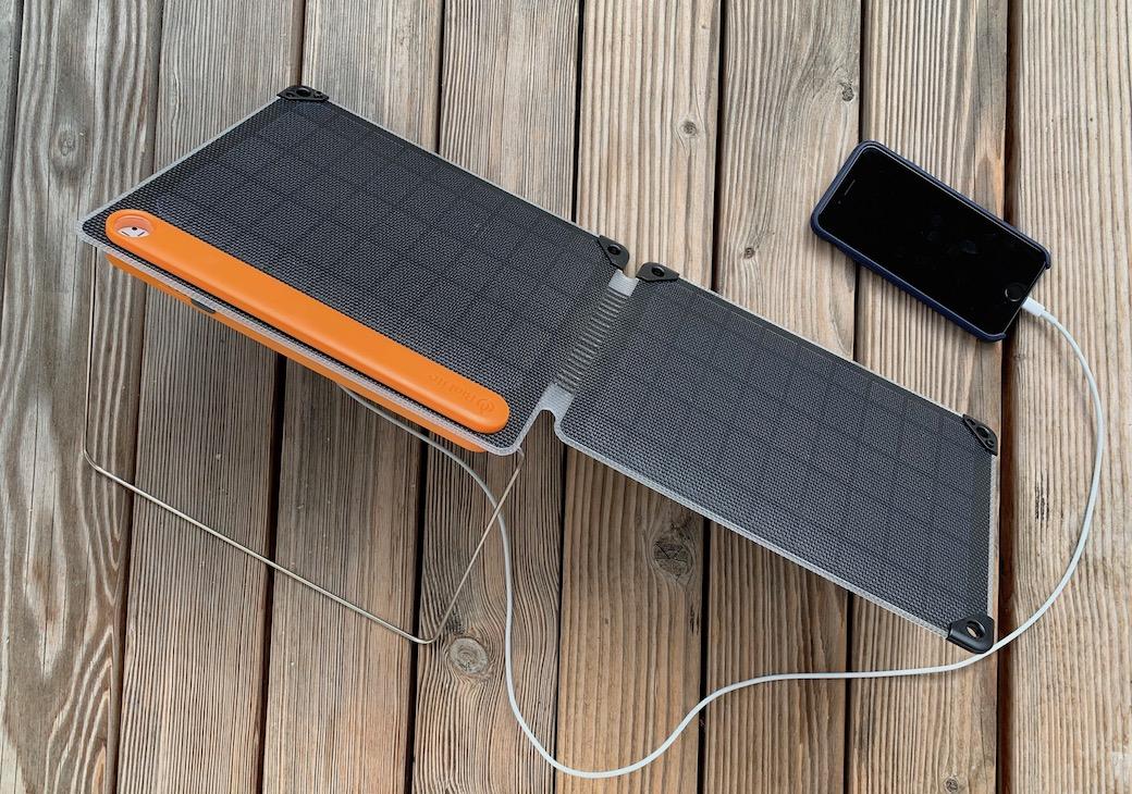 Solarpanel 10+ mit angeschlossenem Smartphone