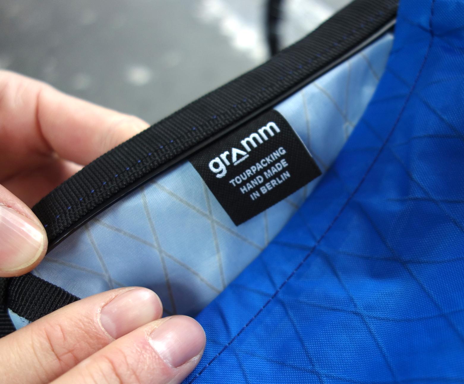 Gramm-Logo in der Satteltasche