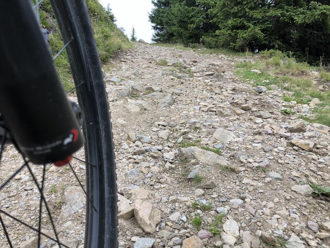 Schiebepassage bergauf auf Schotterweg