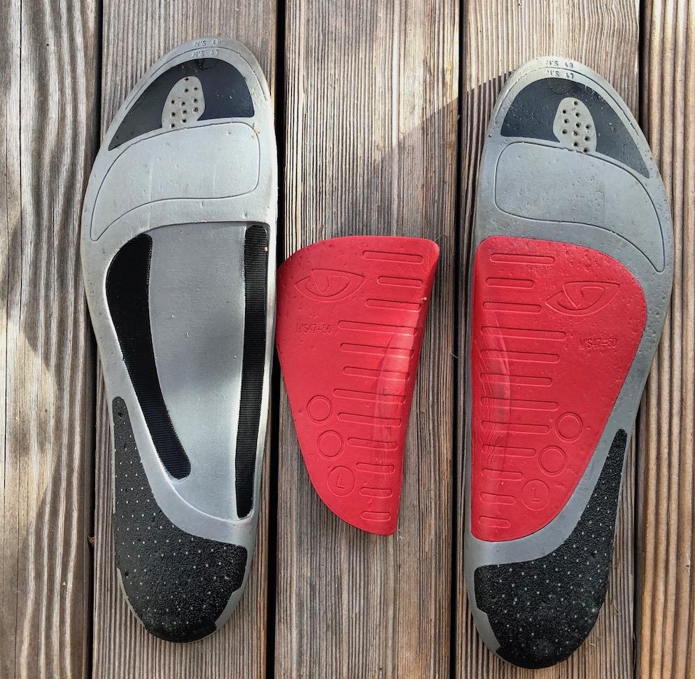 herausnehmbares Fußbett mit abgenommener Fußgewölbestütze (rot)