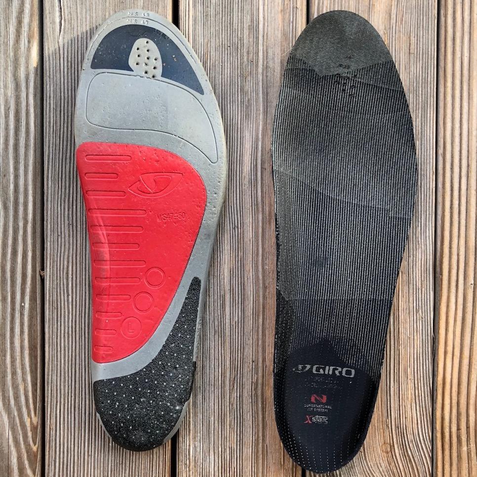 herausnehmbares Fußbett mit auswechselbarer Fußgewölbestütze (rot)