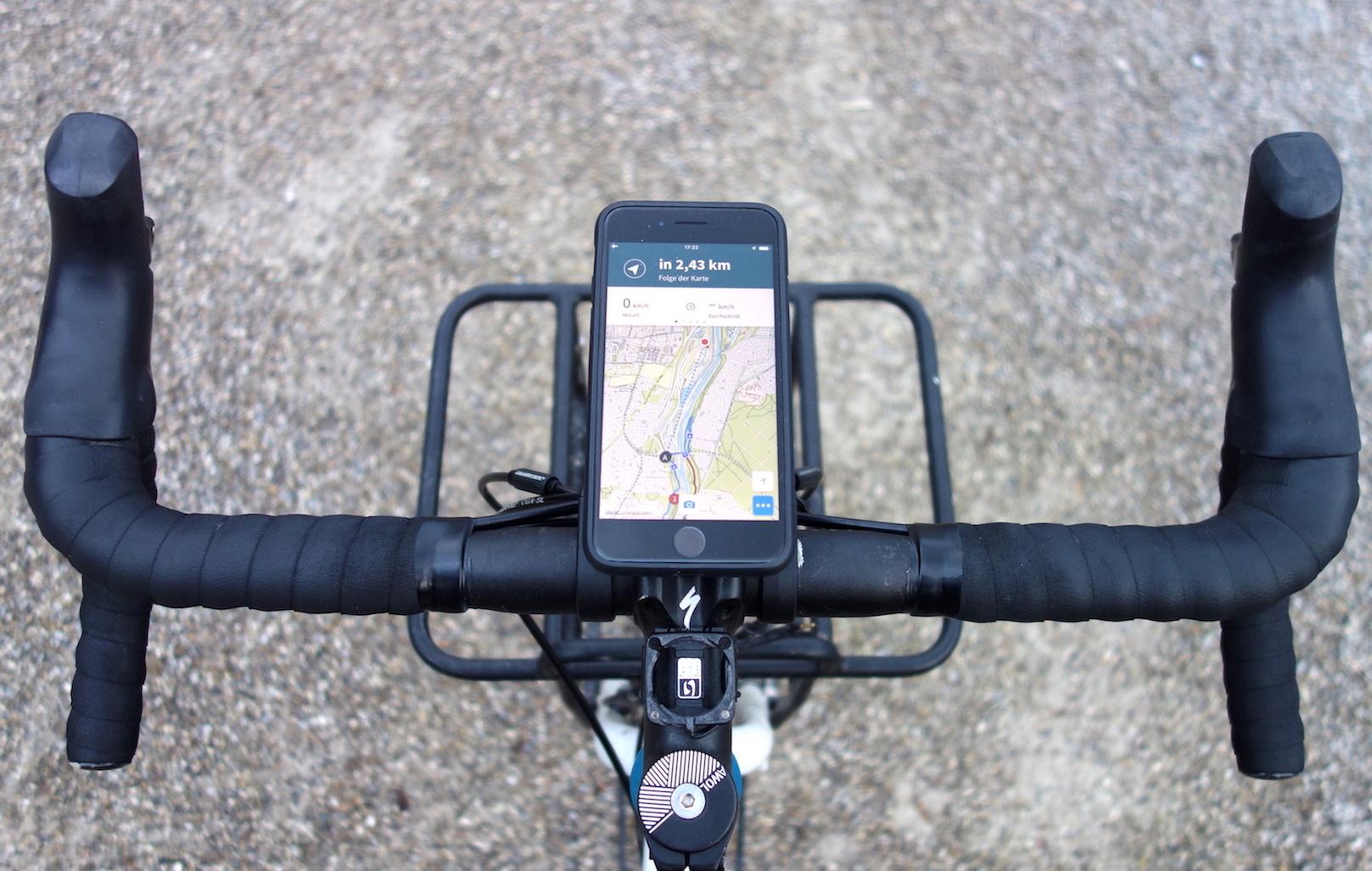 Smartphone vor dem Vorbau montiert mit Wicked Chili Universal Bicycle Mount Dual