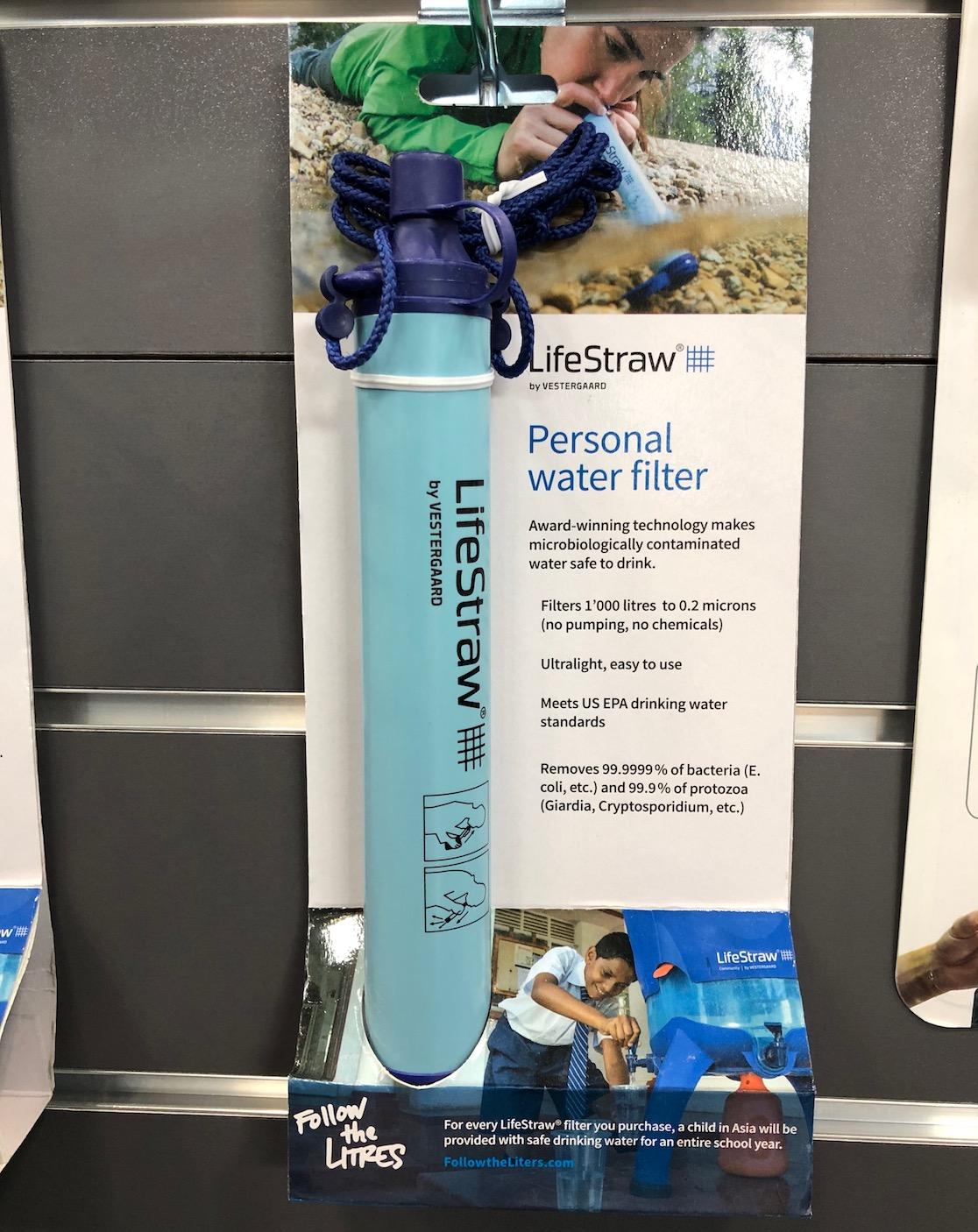 LifeStraw - beim Personal water filter trinkt man das Wasser direkt aus dem Gewässer