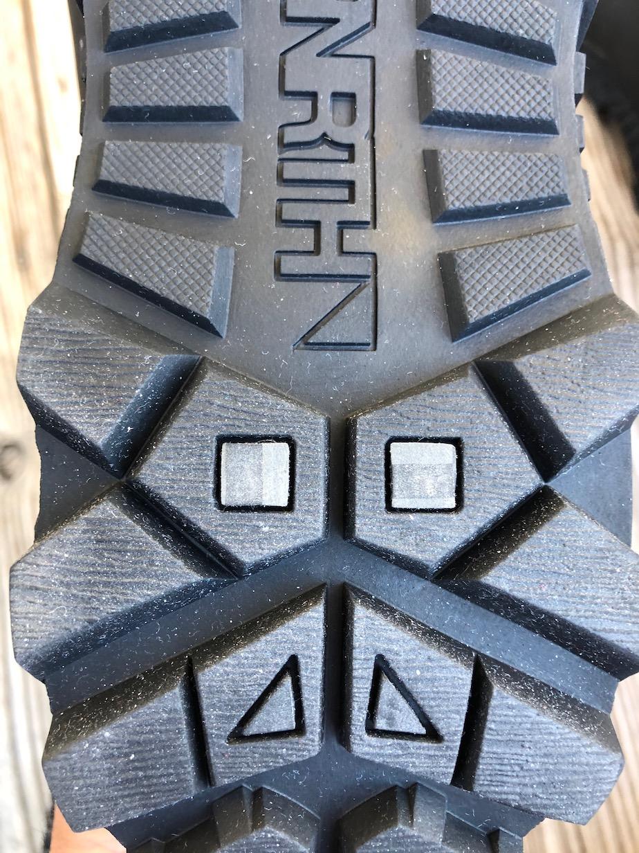 die 2 Grauen Noppen der Schuhsohle enthalten Glasfasern für mehr Grip