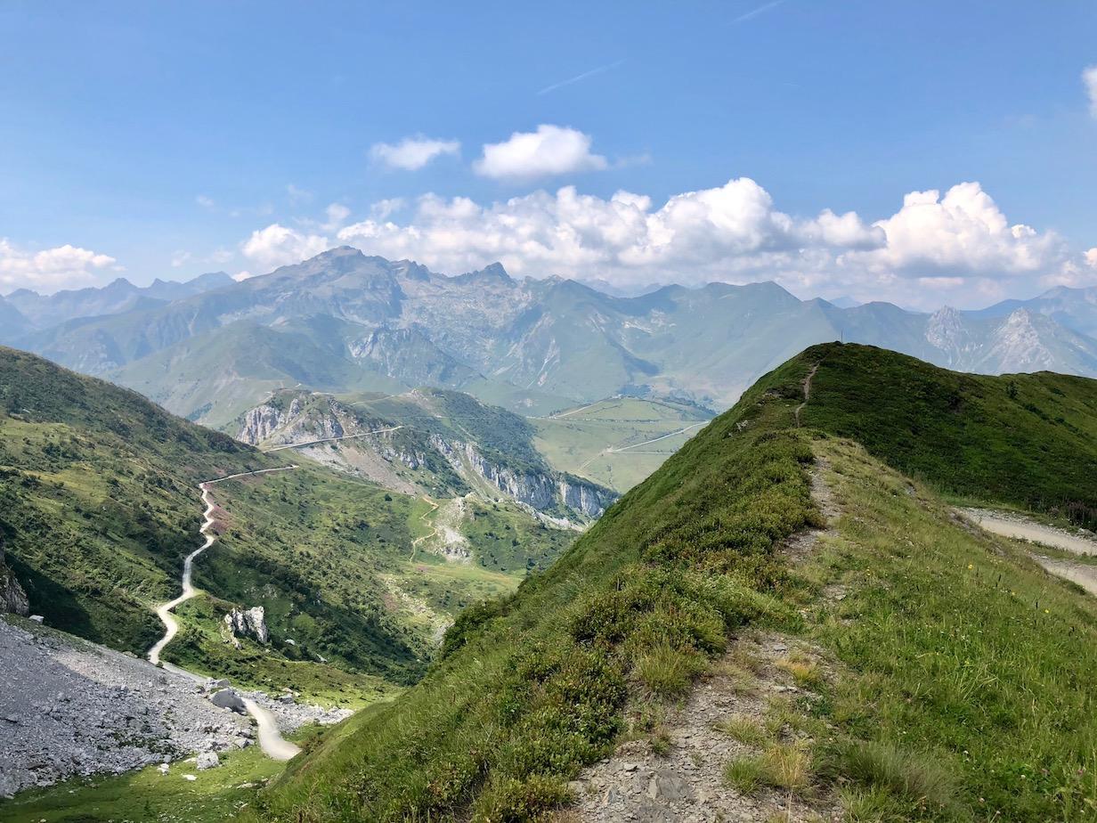Blick zum tiefer gelegenen Col de Tende