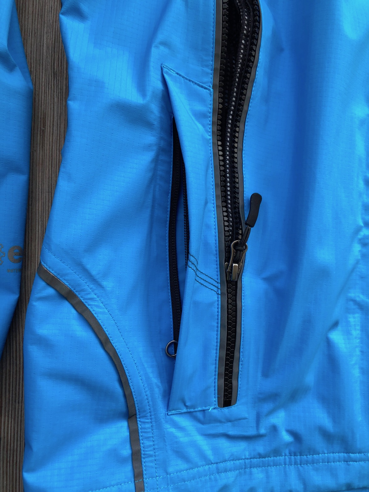 REFUGE - Detail Fronttasche und Belüftungsreißverschluss