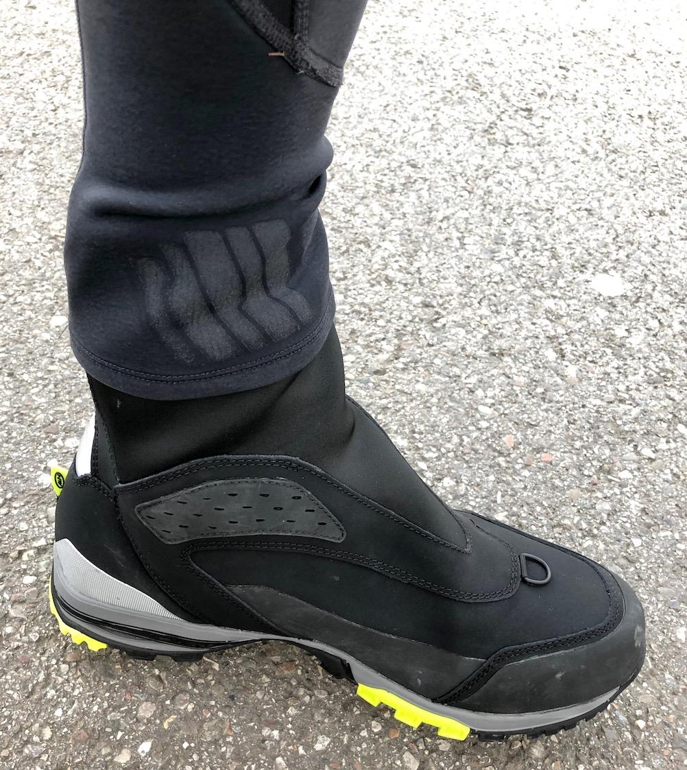 die Stulpe der Winterradhose passt perfekt über den hohen Schaft des Schuhs