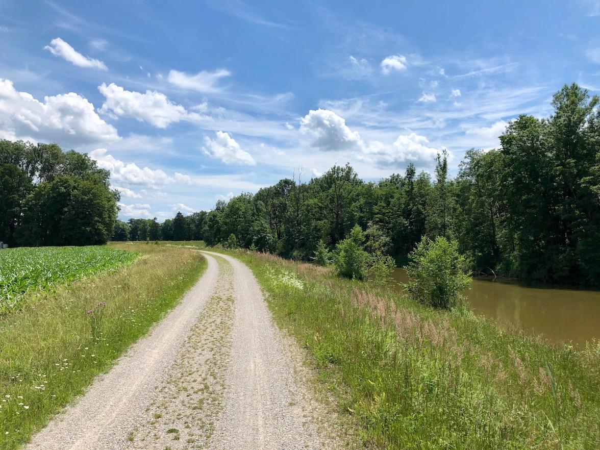 schöner Radweg auf einem Damm entlang der Ammer bei Weilheim