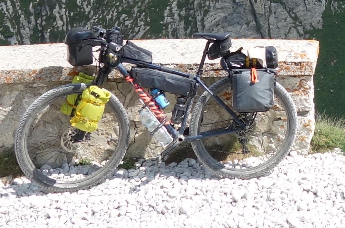 MTB-Hardtail mit viel Gepäck (Specialized Chisel)