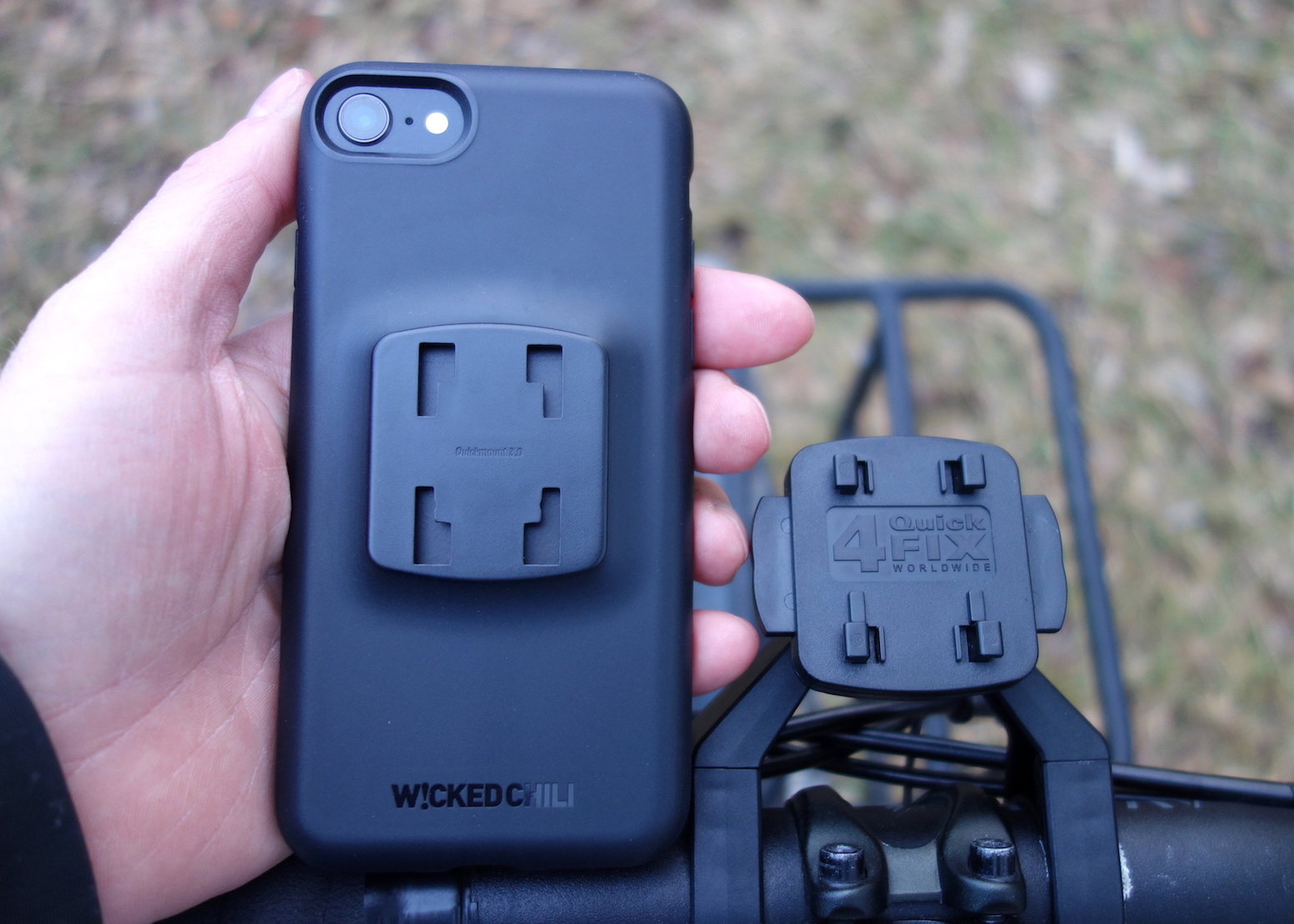 iPhone und Halterung im Detail