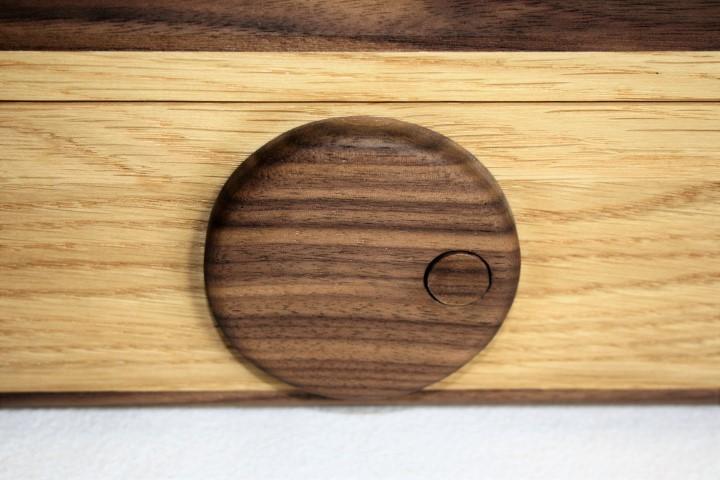 Speziell angefertigter Drehverschluß aus Holz mit Druckknopf