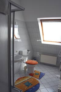 Das helle und moderne Badezimmer in Knauers Ferienwohnung Nr. 3.