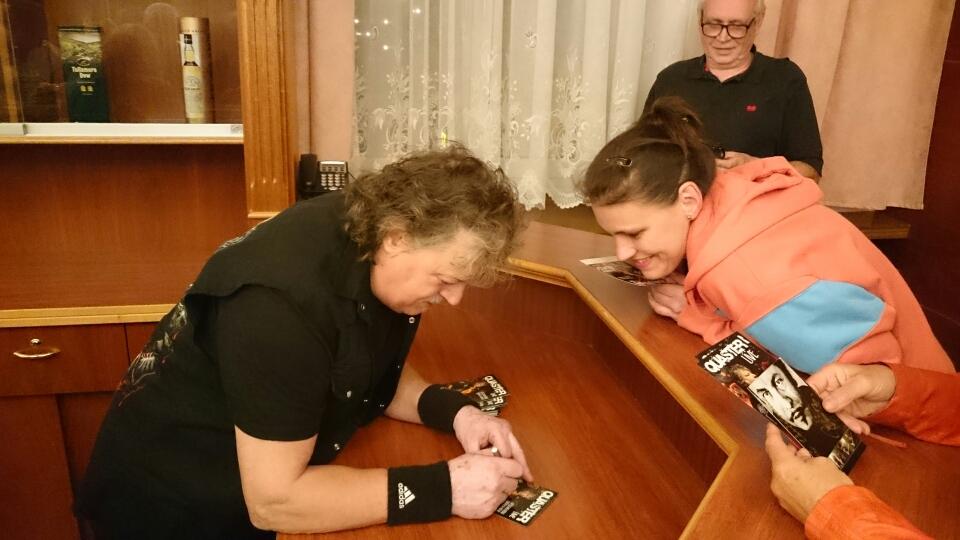 """""""Gabi"""" bekommt ihr Autogramm."""