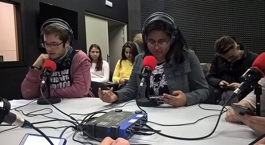 Estudiantes elaborando un programa de radio - colaboración UCLM