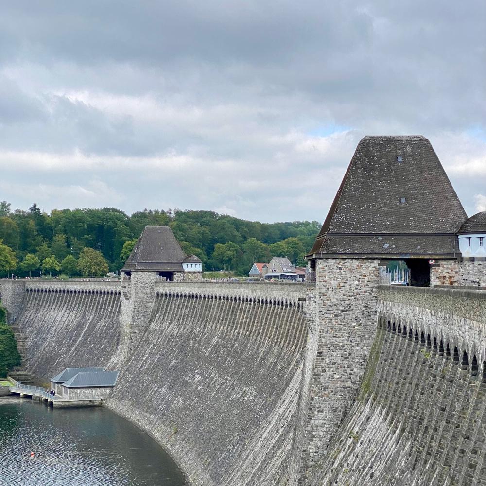 die Staumauer ist ein beeindruckendes Bauwerk mit spannender Geschichte