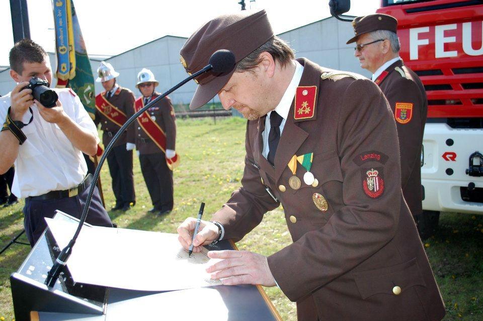 Unterzeichnung der Partnerschaftsurkunde durch Kommandant HBI Ing. Graiger Norbert