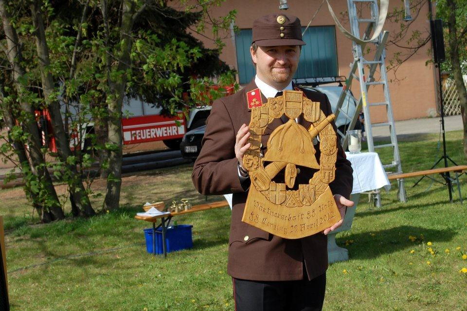 Kommandant HBI Ing. Graiger mit dem Geschenk der FF Retz