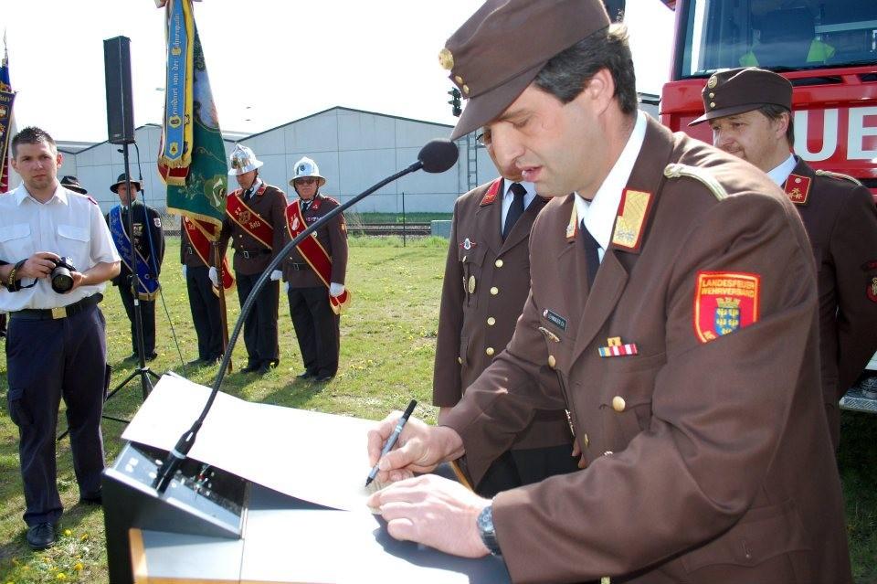 Unterzeichnung der Partnerschaftsurkunde durch Kommandant HBI Ing. Lehninger Christian