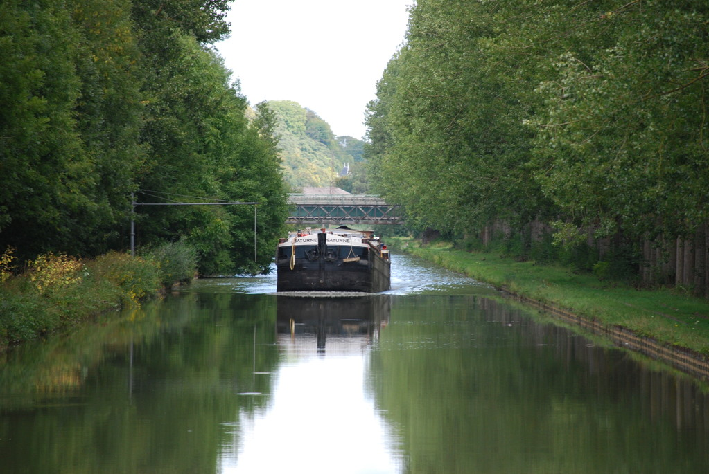 Begegnung mit einem Frachtschiff auf dem Canal des Ardennes
