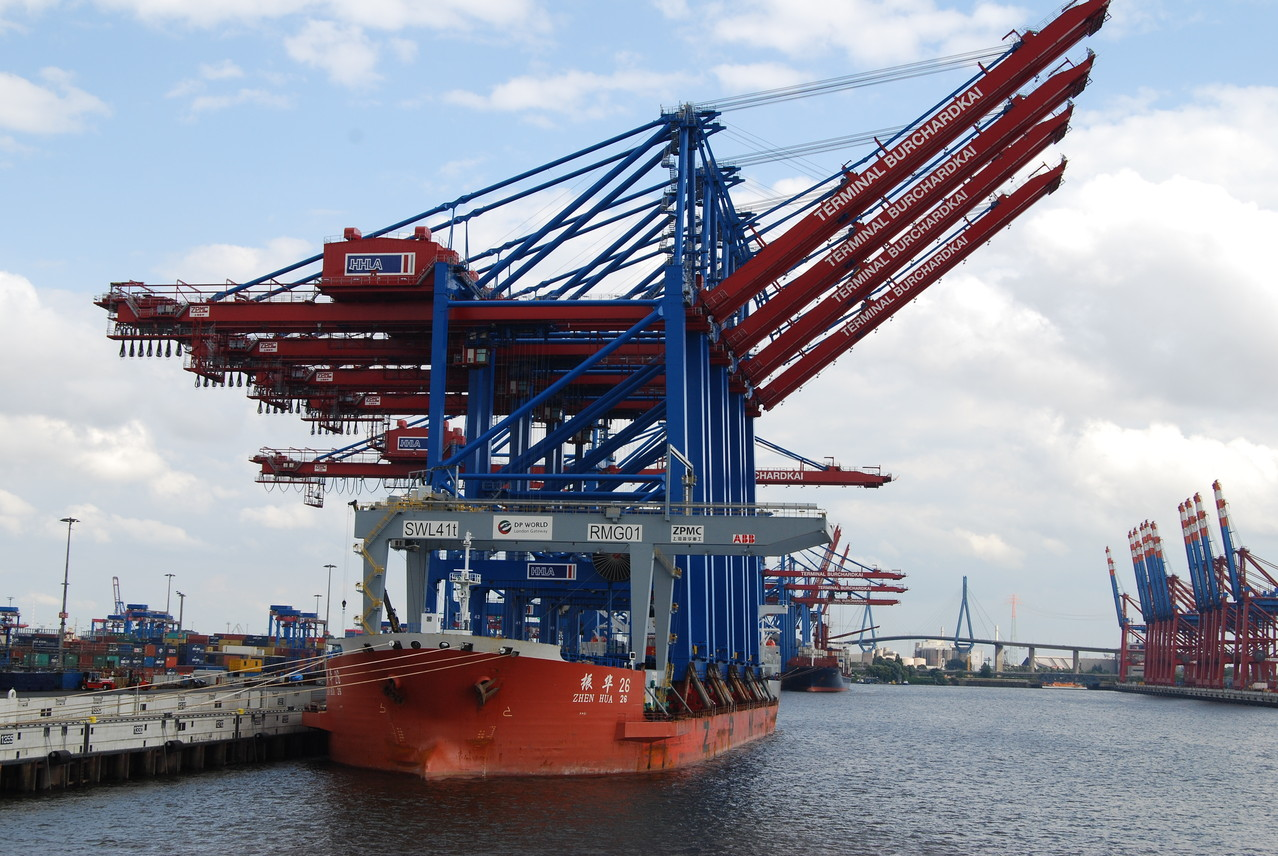 Eine Sensation: Ein Spezialschiff für den Transport von Containerkränen